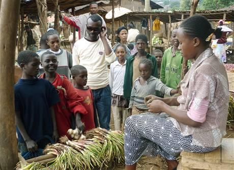 Nákup surovin a večeři. Děti nakoupí cibuli, kávu, těstoviny, olej a drobné suroviny.