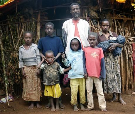 Rodina Tarikayehu Jarsso před svým domečkem.