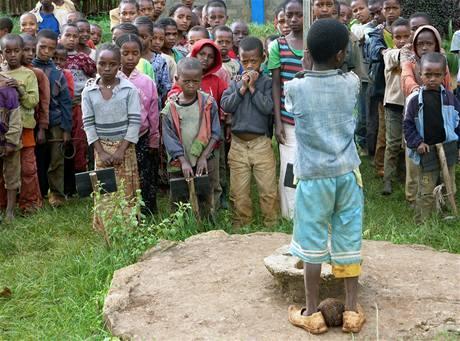 Školní den začíná vKoke vosm hodin ráno. Všechny děti se shromáždí na plácku před budovami a čekají, až zvolený žáček vytáhne na stožár etiopskou vlajku. Při jejím zvedání společně zpívají hymnu.