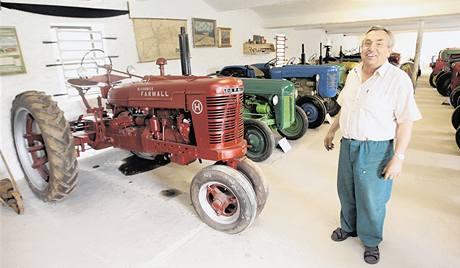 Pavel Víša s americkým traktorem Farmall H–25k (1938), který startuje na benzin, pak se přepne a jezdí na petrolej