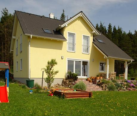 Pro stavbu domu byly použity sendvičové panely na bázi dřeva Fermacell a rámová konstrukce z lepených hranolů