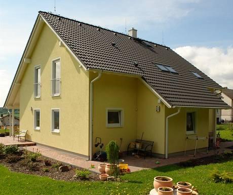 Střecha je tradiční sedlová s dřevěným krovem, krytá taškou Bramac