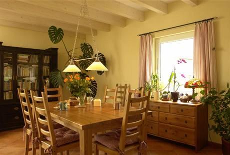 Interiéru vládne dřevo. Obývací části dominují falešné trámy, které přes mírný nesouhlas firmy jeho majitelé natřeli bílou lazurou. Ta dodala dřevěnému stropu lehkost a interiér prosvětlila