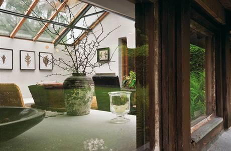V domě jsou zachovány původní litinové rámy
