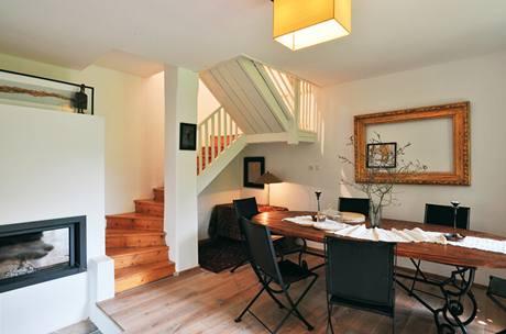 Pohled na jídelní stůl a schodiště vedoucí do ložnice