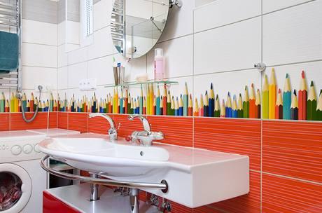 V koupelně dětí zůstala umístěna pračka - většina jejich oblečení stejně rychle putuje do pračky