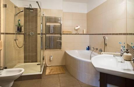 V bytě je pouze jedna koupelna, nechybí v ní však vana ani sprchový kout