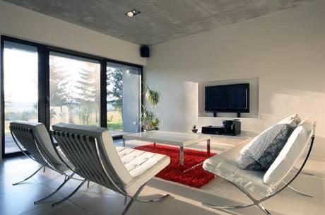 Dominantu obývacího pokoje představují nadčasová funkcionalistická křesla Barcelona (design Mies van der Rohe)