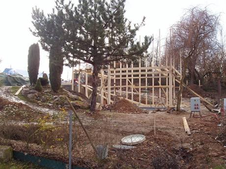 Konstrukčně je dům řešený jako dřevostavba, kotvená do základové betonové desky