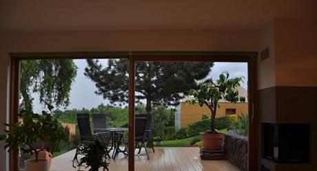 Výhled na terasu a okolí domu