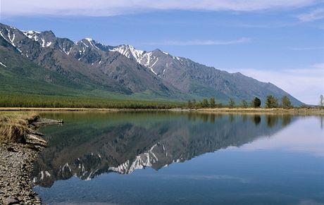 Rusko, Bajkal, v pozadí se zvedají Sajany