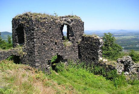 Obytná hradní věž Ronova, vpravo na obzoru Ještěd a Ralsko