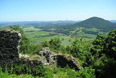 Pohled z Ronova k jihovýchodu na Ralskou pahorkatinu, v dálce Bezděz
