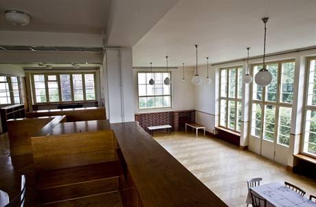 Galerie s nábytkem od architekta Lhoty je nad halou vyvýšená, strop však je ve stejné výšce