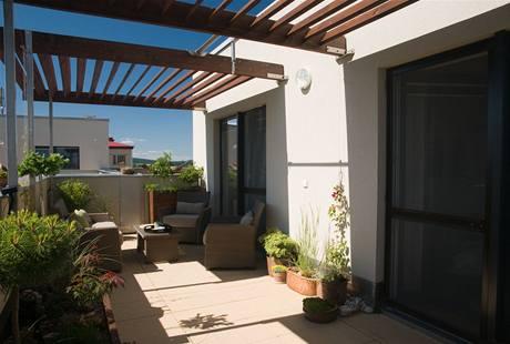 Díky pergole vzniklo na terase příjemné posezení i v horkých letních dnech