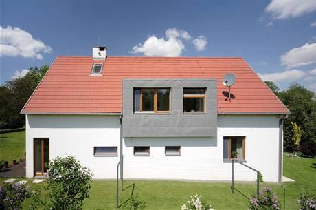 """Do domu tradičního """"venkovského"""" tvaru se sedlovou střechou architekti zakomponovali moderní předsazený vikýř, obložený titanzinkovým plechem"""