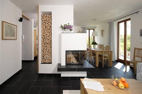 """Do společného obytného prostoru si majitelé vybrali antracitovou italskou dlažbu ze studia Asso. Podlaha je rafinovaně """"vyskládána"""" z několika formátů"""
