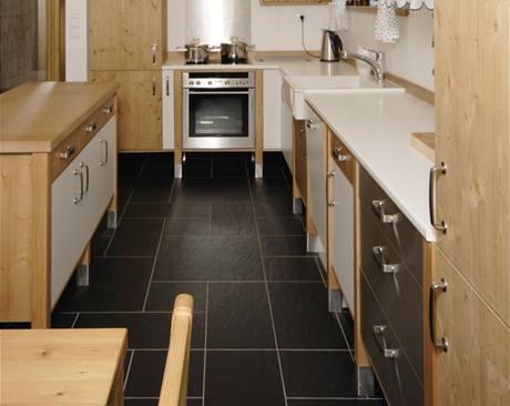 Kuchyňskou linku vyrobil truhlář na míru ze smrkového masivu a lakovaných MDF desek. Inspiroval se v IKEA