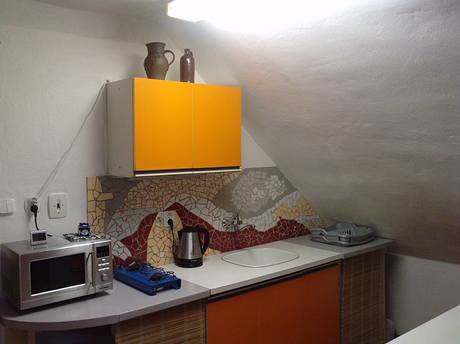 Obklad nad kuchyňskou linkou tvoří mozaika ze sesbíraných dlaždic od kamarádů