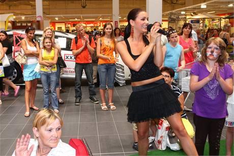 Česká Miss 2010 Jitka Válková v obchodním domě i zazpívala