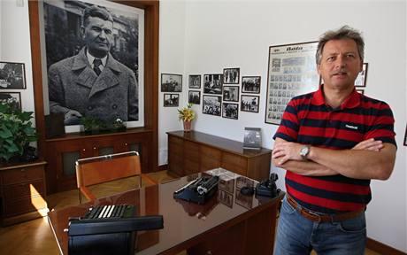 Pavel Velev, výkonný ředitel Nadace Tomáše Bati v pracovně obuvnického magnáta