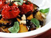 Salát z pečených rajčat a sýra.