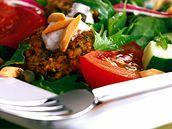 Zeleninový salát s falafelem.