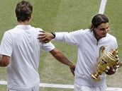 Rafael Nadal s trofejí pro vítěze Wimbledonu, vlevo poražený Tomáš Berdych