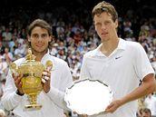 Rafael Nadal (vlevo) a Tomáš Berdych po finále Wimbledonu