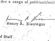 Podpis Henryho Kissingera pod jedním z dokumentů o útoku prooti KLDR