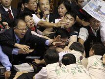 Poslanci tchajwanského parlamentu se porvali kvůli smlouvě s Čínou o uvolnění vzájemného obchodu