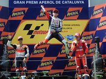 Jorge Lorenzo (vprostřed) slaví vítězství ve Velké ceně Katalánska. Vlevo je Dani Pedrosa, vpravo Casey Stoner
