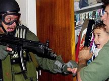 Zásah amerických federální agentů v Miami u příbuzných Eliána Gonzálese (2000)