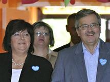 Předseda dolní komory parlamentu Bronislaw Komorowski s manželkou u voleb (4. července 2010)