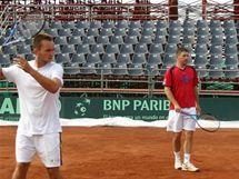 Ivo Minář (vlevo a Jan Hájek při tréninku na Davis Cup proti Chile