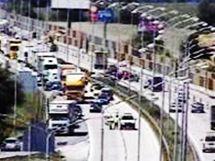 Na brněnské dálnici D1 narazil kamion zezadu do kolony a poškodil tři auta a dodávku (8. červenec 2010)