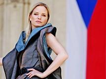 Poslankyně Kateřina Klasnová v modelu z kolekce Išky Fišárkové