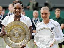 Serena Williamsová, vítězka Wimbledonu (vlevo), se svou finálovou soupeřkou Verou Zvonarevovou