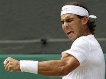 Rafael Nadal se raduje z vítězného míčku ve finále Wimbledonu