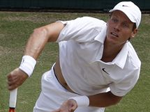 Tomáš Berdych servíruje ve finále Wimbledonu