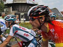 S VĚTREM O ZÁVOD. Peloton Tour de France projížděl Nizozemskem.