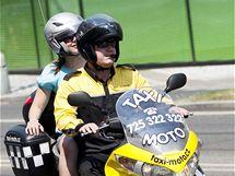 V ulicích Prahy jezdí nové taxi-mopedy. (30. června 2010)