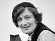 Fotografka Dorothea Langeová se svým fotoaparátem na archivním snímku.