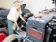 Traktor Bulldog 20–20k (1940) se startuje pomocí volantu, který traktorista vyndá a použije jako kliku
