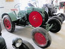 Deutz–Otto, další traktor jako ze stavebnice. Převod je otevřený, sloužil jako stabilní motor