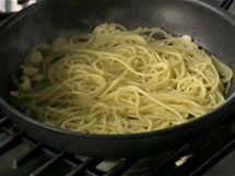 Těstoviny přidejte přímo na pánev s olejem, česnekem a feferonkami