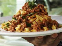 Těstoviny s rajčatovou omáčkou a klobáskou (al sugo di salsiccia)