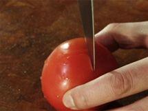 Nejprve slupku rajčete na špičce plodu nakrojte do kříže