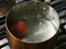 Rajče s naříznutou slupkou vhoďte na 20 až 30 sekund do kastrolku s vařící vodou