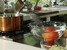 Poté rajče přehoďte z vařící vody do studené